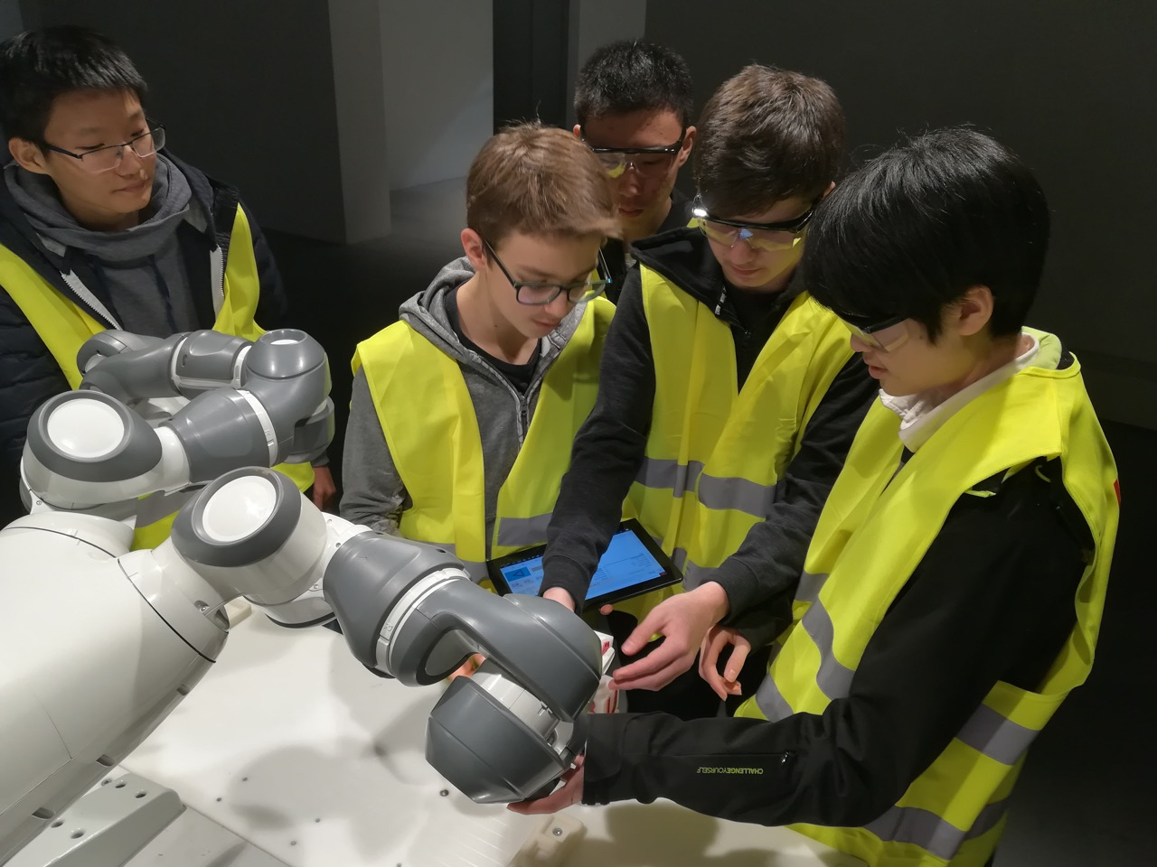 ASW students programme a robot at ABB Robotics